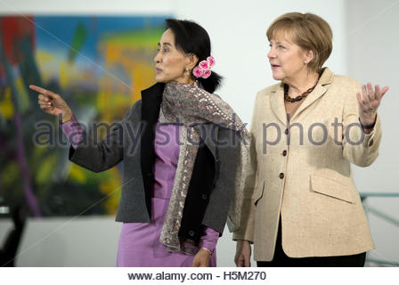 Myanmar pro-democracy leader Aung San Suu Kyi talks with German Chancellor Angela Merkel at the Chancellery in Berlin - Stockfoto