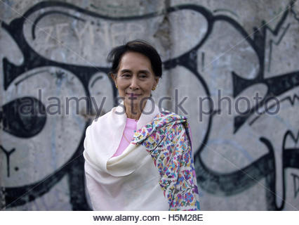 Myanmar pro-democracy leader Aung San Suu Kyi visits the Berlin Wall memorial site in Bernauer Strasse in Berlin - Stockfoto