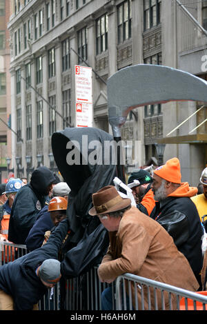 New York, New York, USA. 26th Oct, 2016. Construction workers protesting in front of the Deutsche  Bank building - Stock Photo