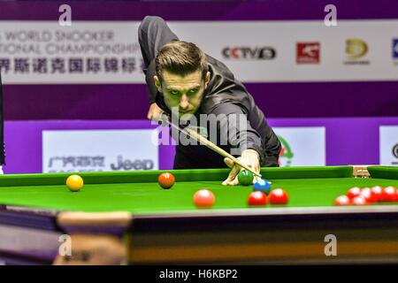 Daqing, China's Heilongjiang Province. 30th Oct, 2016. Mark Selby of England competes during the final match against - Stockfoto