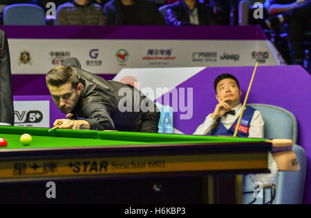 Daqing, China's Heilongjiang Province. 30th Oct, 2016. Mark Selby (L) of England competes during the final match - Stockfoto