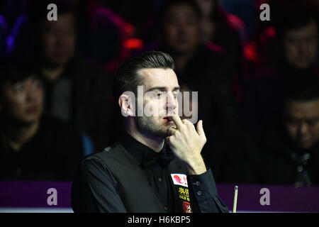 Daqing, China's Heilongjiang Province. 30th Oct, 2016. Mark Selby of England reacts during the final match against - Stockfoto