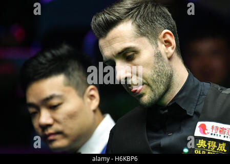 Daqing, China's Heilongjiang Province. 30th Oct, 2016. Mark Selby (R) of England competes during the final match - Stockfoto