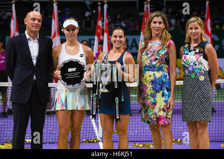 Singapore, 30th Oct, 2016. Angelique Kerber (DEU) and Dominika Cibulkova (SVK) (center) with thier trophies after - Stockfoto