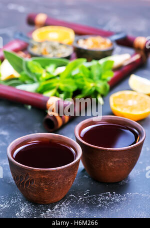 fresh tea in cups and on a table - Stockfoto