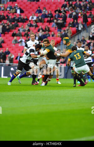 London, UK. 05th Nov, 2016. Pat Lambie (Fly-half, South Africa) trying to break through Barbarian defence during - Stock Photo