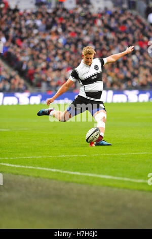 London, UK. 05th Nov, 2016. Robert du Preez (Barbarians Fly-half. Stormer, South Africa) taking a conversion kick - Stock Photo