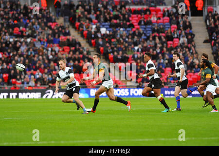 London, UK. 05th Nov, 2016. Barbarian and South African players chasing the ball during a closely during a closely - Stock Photo