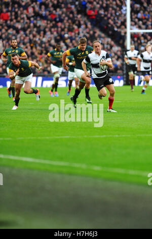 London, UK. 05th Nov, 2016. Matt Faddes (Barbarians Centre. Highlanders, New Zealand) running with the ball and - Stock Photo