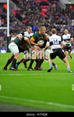 London, UK. 05th Nov, 2016. Tian Schoeman (Fly-Half South Africa) attempting to retain the ball after catching it - Stock Photo