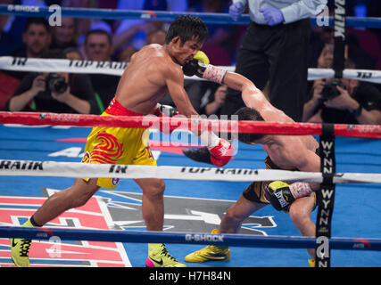 Las Vegas, USA. 5th Nov, 2016. Zou Shiming (R) of China punches Prasitak Phaprom of Thailand in a WBO flyweight - Stockfoto