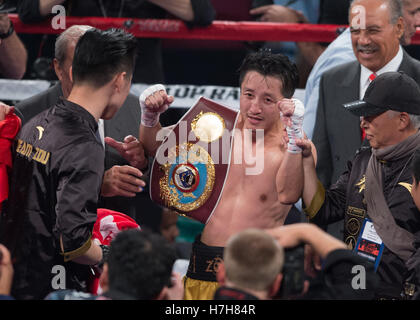 Las Vegas, USA. 5th Nov, 2016. Zou Shiming (C) of China celebrates after defeating Prasitak Phaprom of Thailand - Stockfoto