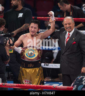 Las Vegas, USA. 5th Nov, 2016. Zou Shiming (L) of China celebrates after defeating Prasitak Phaprom of Thailand - Stockfoto