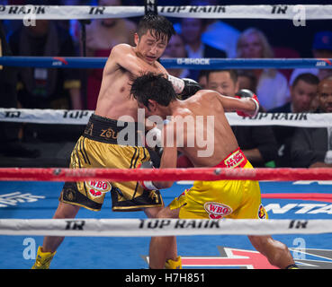 Las Vegas, USA. 5th Nov, 2016. Zou Shiming (L) of China punches Prasitak Phaprom of Thailand in a WBO flyweight - Stockfoto
