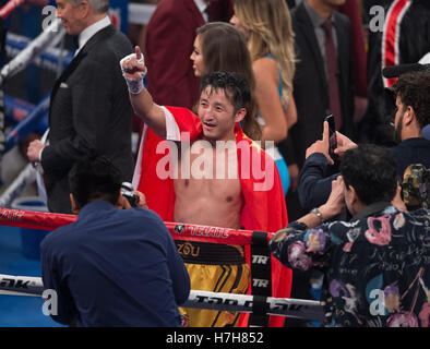 Las Vegas, USA. 5th Nov, 2016. Zou Shiming (C) of China gestures after defeating Prasitak Phaprom of Thailand in - Stockfoto