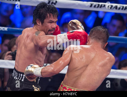 Las Vegas, USA. 5th Nov, 2016. Manny Pacquiao (L) of the Philippines punches Jessie Vargas during the WBO welterweight - Stockfoto