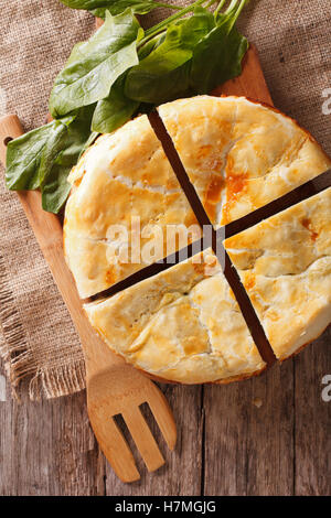 Tasty sliced Greek spanakopita pie close-up on the table. vertical view from above - Stockfoto