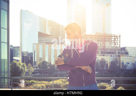 Running workout man listening to music with mp3 player armband or smart mobile phone. - Stockfoto