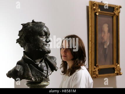St Petersburg, Russia. 10th Nov, 2016. Vincenzo Gemito's sculpture of Giovanni Boldini displayed at the Giovanni - Stock Photo