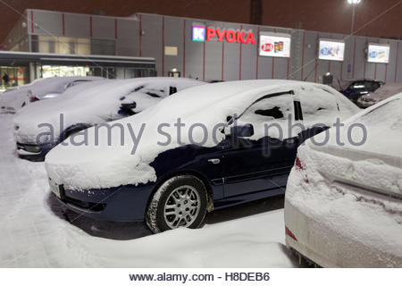 St. Petersburg, Russia, 10th November, 2016. Cars under snow on the parking lot of K-Ruoka hypermarket. More than - Stock Photo