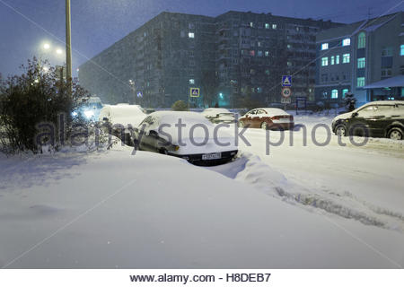 St. Petersburg, Russia, 10th November, 2016. Cars under snow on the Simonova street. More than 20 cm of snow fell - Stock Photo