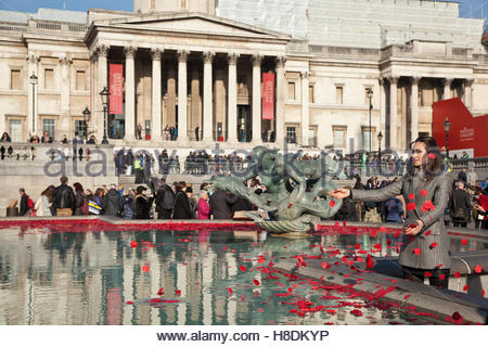 London, UK. 11th November, 2016. The Royal British Legion's Silence in the Square marks the Armistice day. At 11am - Stockfoto