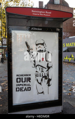 London, UK. 11th November, 2016. A protest stencil of a stormtrooper wearing a poppy alongside the message 'Remember - Stockfoto
