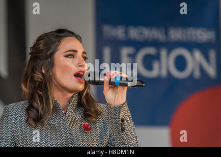 London, UK. 11th November, 2016. Laura Wright sings on the Live On stage - Silence in the Square oraganised by the - Stockfoto
