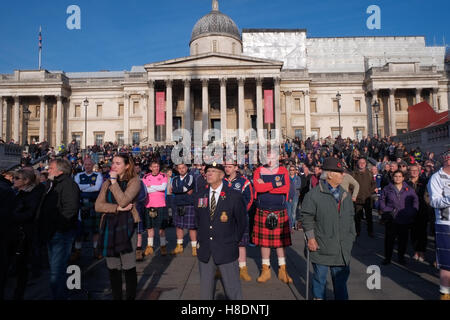 London, UK. 11th November 2016. The Royal British Legion hosts a performance of music and readings in Trafalgar - Stockfoto