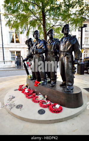 London, UK. 11th November, 2016. Poppies laid to commemorated Armistice Day - wreaths laid at the Royal Tank Regiment - Stockfoto