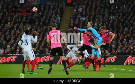Wembley Stadium, London, UK.11th November 2016.  Joe Hart punches clear during the FIFA World Cup Qualifier match - Stockfoto