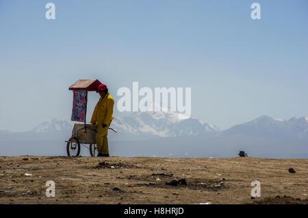 Eisverkäufer an der Spitze der Welt in den Altiplano, La Paz, Bolivien mit Illimani Berggipfel im Hintergrund - Stockfoto