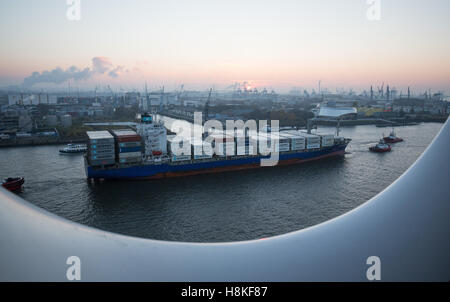 Hamburg, Germany. 13th Nov, 2016. The container ship 'Maersk Nimes' drives by headed north within the port in Hamburg, - Stock Photo