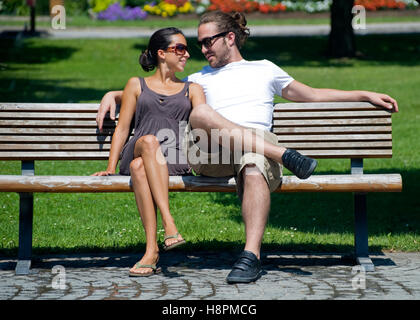 Love couple on park bench - Stockfoto