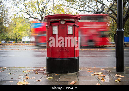 London, UK. 11th Nov, 2016. A postal box of the Royal Mail can be seen in London, England, 11 November 2016. Photo: - Stockfoto