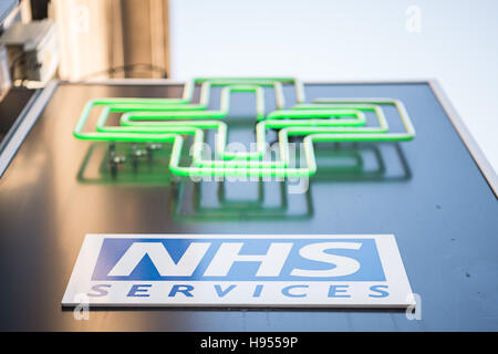 London, UK. 11th Nov, 2016. 'NHS Services' can be seen on a sign above a pharmacy in London, England, 11 November - Stockfoto