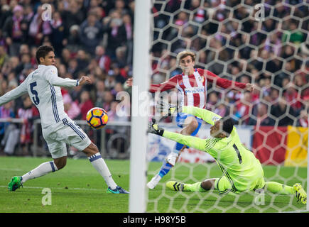 Madrid, Spain. 19th Nov, 2016. Real Madrid's Costa Rican goalkeeper Keylor Navas and Atletico Madrid´s French forward - Stock Photo