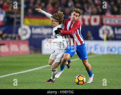 Madrid, Spain. 19th Nov, 2016. Atletico Madrid´s French forward Antoine Griezmann and Real Madrid's Croatian midfielder - Stock Photo