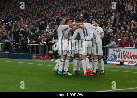 Madrid, Spain. 19th Nov, 2016. Real Madrid celebrates the first Goal of the match. Real Madrid beats Atletico de - Stock Photo