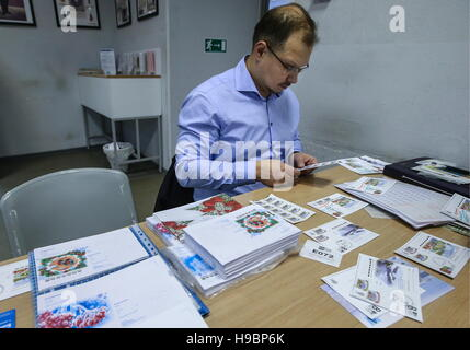 Moscow, Russia. 22nd Nov, 2016. Unveiling a postcard of the '2018 FIFA World Cup Russia. Host Cities' series with - Stock Photo
