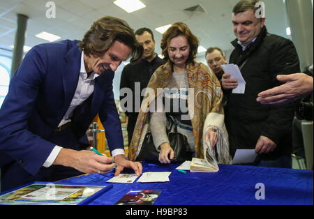 Moscow, Russia. 22nd Nov, 2016. Alexei Smertin (L), Russian former football player and a 2018 FIFA World Cup ambassador, - Stock Photo