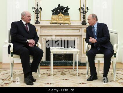 Moscow, Russia. 22nd Nov, 2016. Belarusian President Alexander Lukashenko (L) and Russia's President Vladimir Putin - Stockfoto