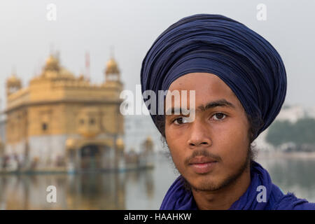 A young Sikh pilgrim in front of The Golden Temple Complex in the Sikh city of Amritsar, Punjab, Northern India - Stock Photo