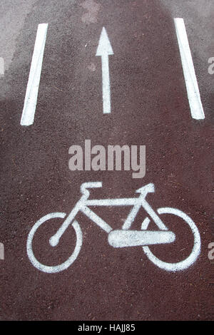 Bicycle road sign painted on the pavement - Stockfoto
