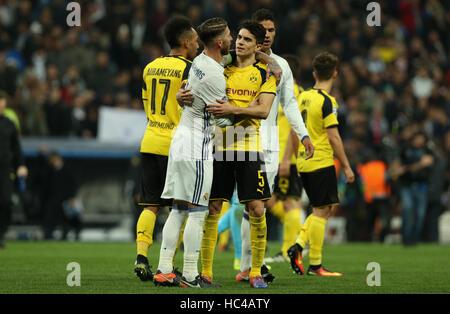 Madrid, Spain. 7th Dec, 2016. Dortmund's Marc Bartra (r) hugs Sergio Ramos (l) of Madrid after the Champions League - Stockfoto