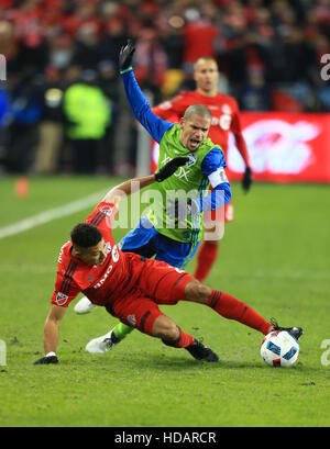 Toronto, Canada. 10th Dec, 2016. Osvaldo Alonso (C) of Seattle Sounders FC vies with Drew Moor of Toronto FC during - Stock Photo