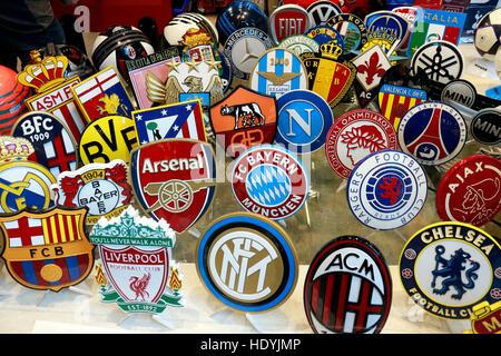die Logos der grossen Fussballvereine: FC Barcelona, FC Liverpool, Chelsea London, Real Madrid, Bayer Leverkusen, - Stockfoto