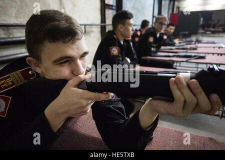 Omsk, Russia. 16th Dec, 2016. Cadets of the Omsk Cadet Corps attend a shooting lesson. © Dmitry Feoktistov/TASS/Alamy - Stockfoto