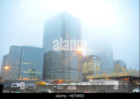 London, UK. 17th Dec, 2016. Misty morning start over Canary Wharf and Billingsgate fish market. © JOHNNY ARMSTEAD/Alamy - Stock Photo