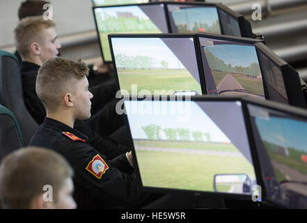 Omsk, Russia. 16th Dec, 2016. Cadets of the Omsk Cadet Corps attend a driving lesson. © Dmitry Feoktistov/TASS/Alamy - Stockfoto